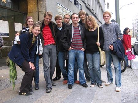 Berlin-Fahrt: unsere junge Gruppe (oder der Großteil davon) vor dem KaDeWe