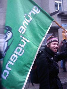 David mit Grüne-Jugend-Fahne bei der Demo gegen das neue Versammlungsgesetz in Stuttgart (6.12.2008)